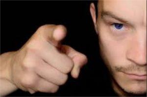 un narcissique n'admet pas ses erreurs, il pointe son doigt vers quelqu'un d'autre